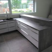 L-Küche in Grau mit Grifleiste