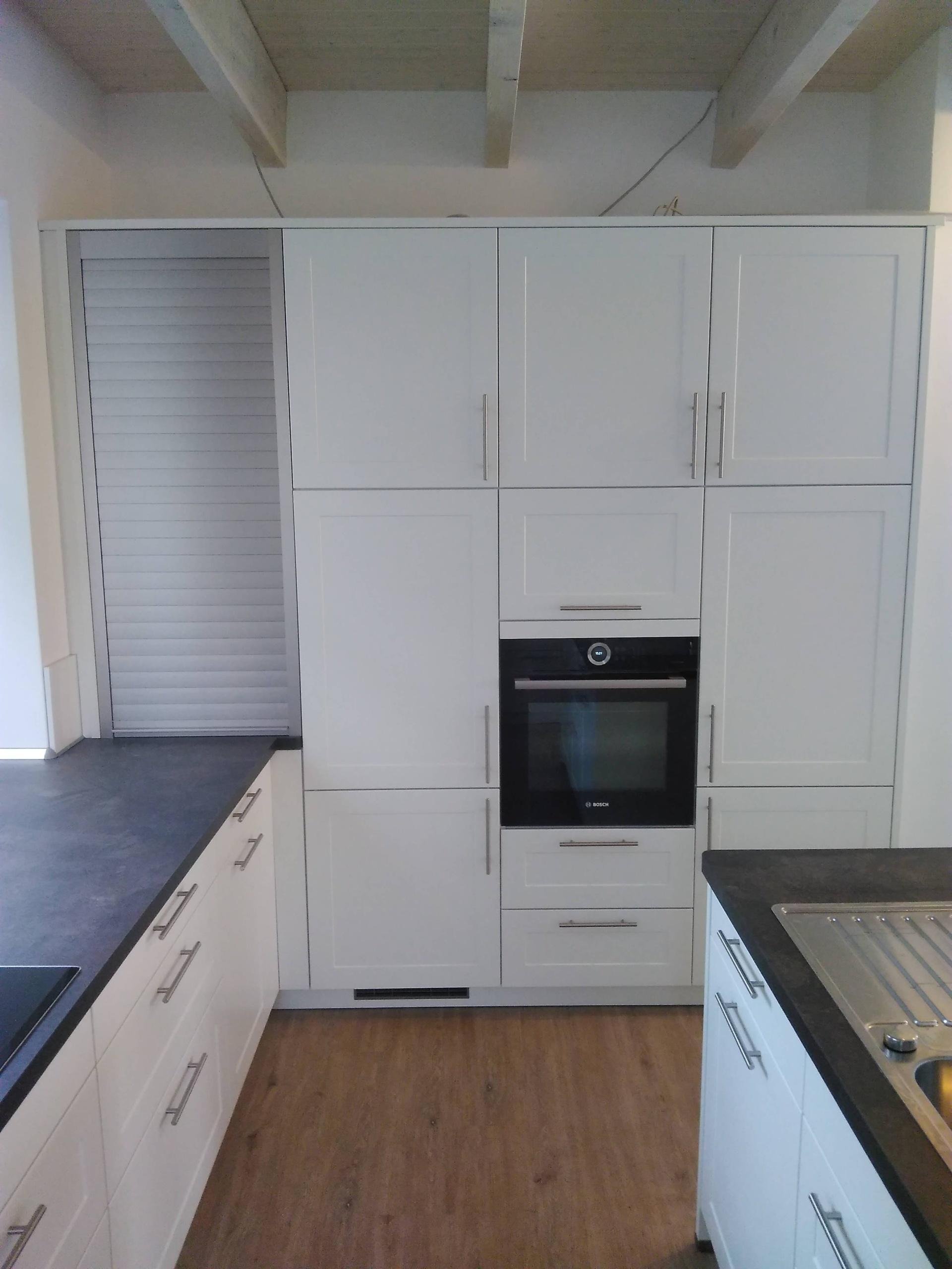 weiße Hochschränke mit großem Kühlschrank