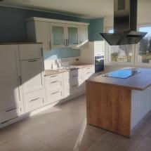 Küchenzeile mit Kochinsel