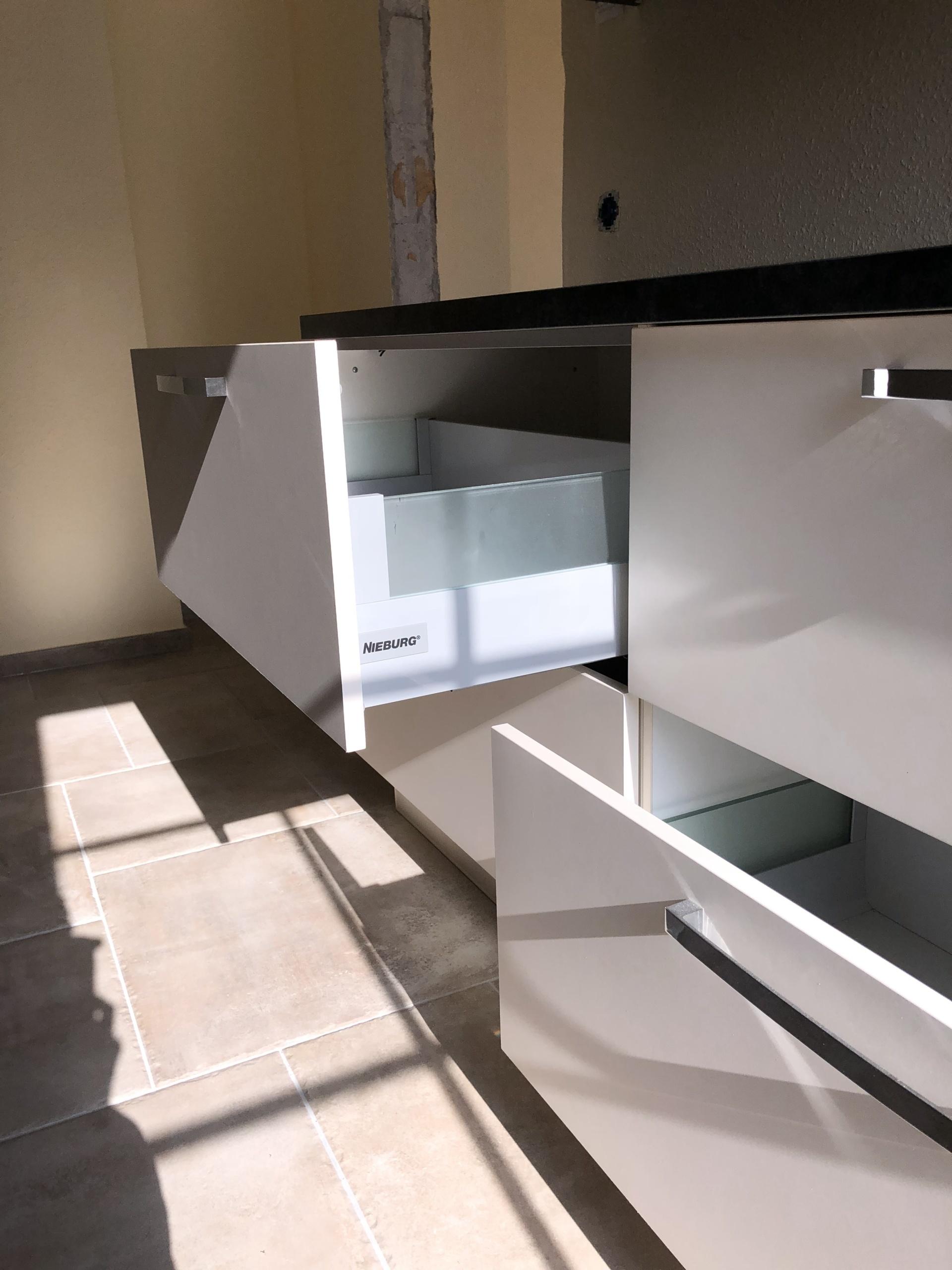 Küchenzeile-Anrichte-Schubladen-geöffnet