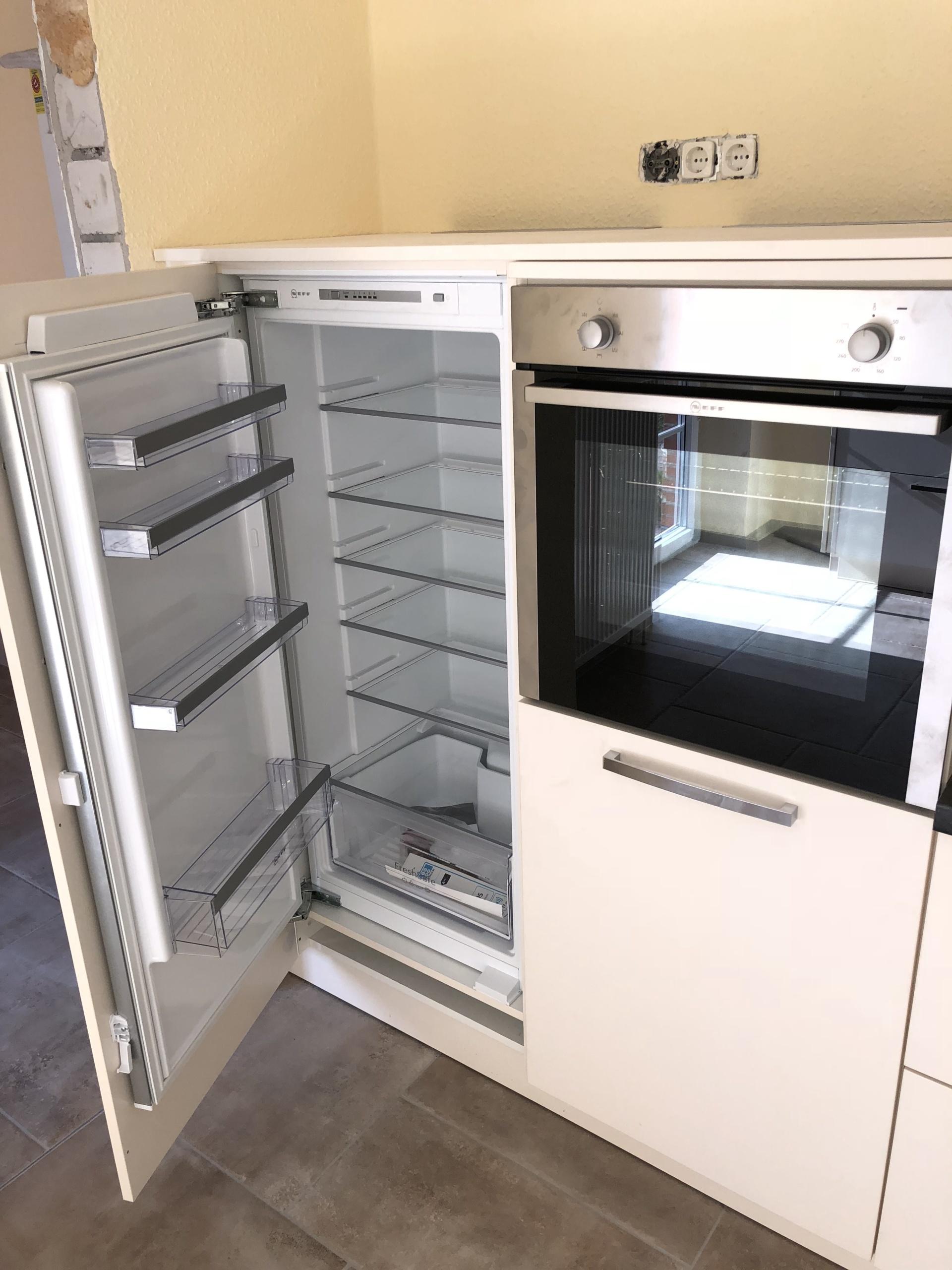 Küchenzeile-Kühlschrank-geöffnet