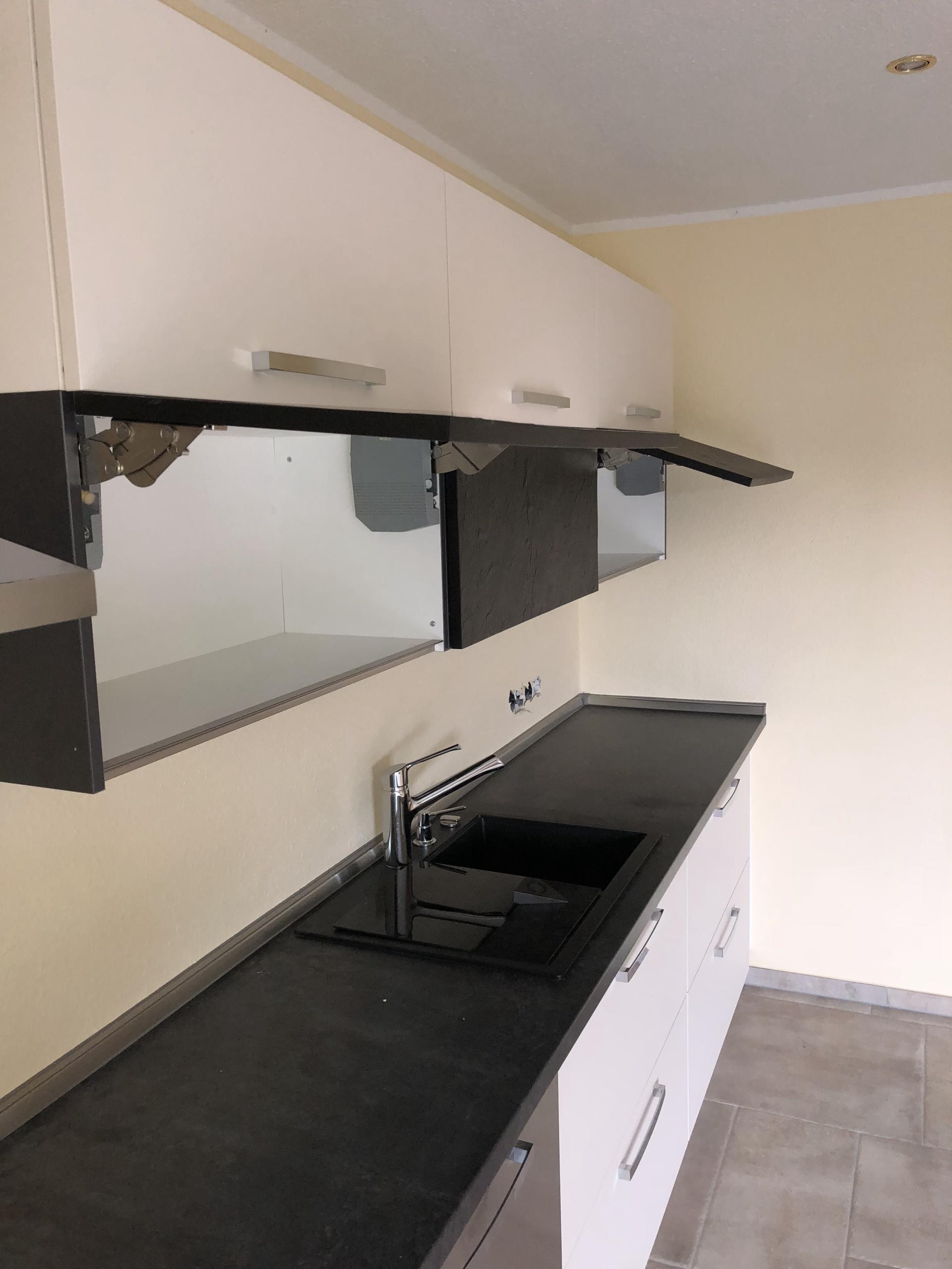 Küchenzeile-Klapphängger-geöffnet
