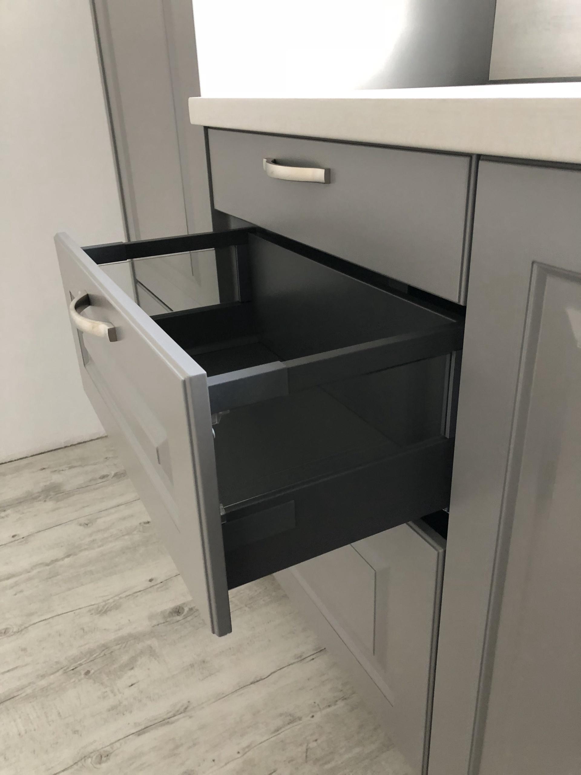 Winkelküche Inox Grau tiefengekürzte Schublade